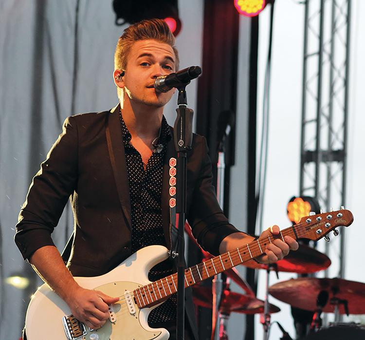 Hunter+Hayes+played+through+rain+and+cold+weather.+During+the+show+he+joked+that+playing+the+guitar+helped+warm+up+his+numb+fingers.+Welcome+to+Wisconsin%2C+Hayes%21