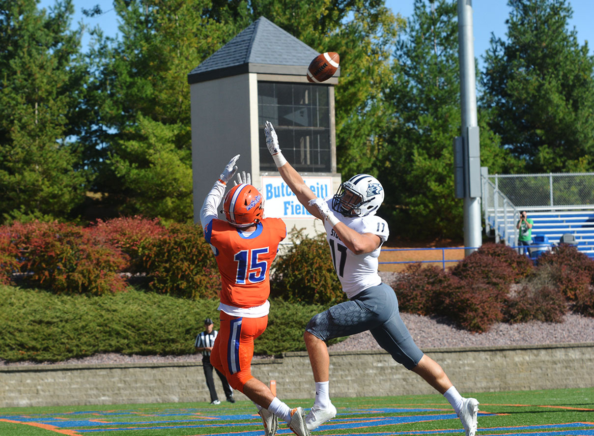 Senior wide receiver Tim Jansen pulls in a reception with a defender closing in on him.